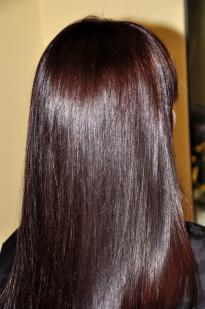 Tamsiai ruda spalva su violetiniu atspalviu