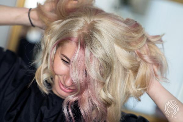 Blond spalva su įvairių spalvų sruogelėm