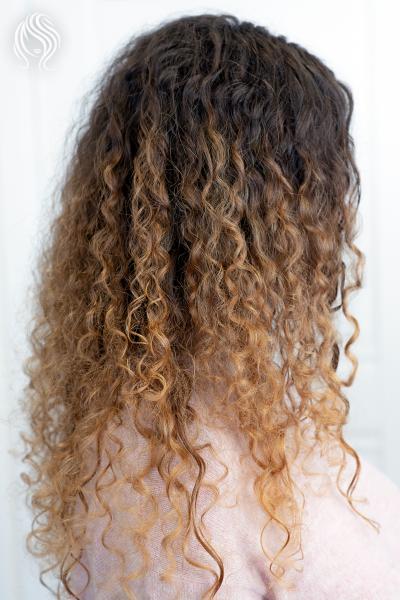 Balayage ant garbanotų plaukų