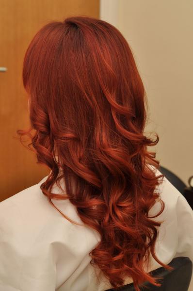 Raudona plaukų spalva su rudu atspalviu